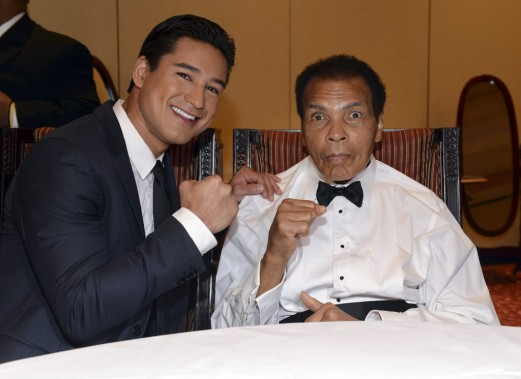 Muhammad Ali en mars 2013 avec l'acteur Mario Lopez lors de la cérémonie Celebrity Fight Night XIX à Phoenix, en Arizona. (PHOTO MICHAEL BUCKNER, AFP / GETTY IMAGES)