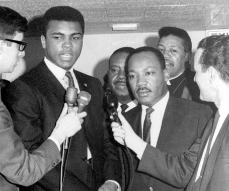 Muhammad Ali en 1967, aux côtés de Martin Luther King. (Photo Archives AP)
