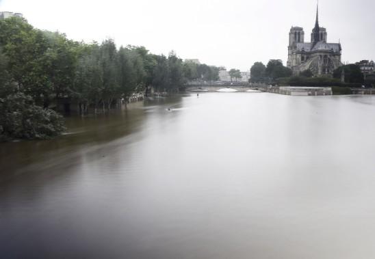 À Paris, les eaux brunâtres de la Seine restaient samedi à un niveau spectaculaire, recouvrant totalement les voies sur berge et une bonne partie des piles des ponts. (AFP, Dominique Faget)
