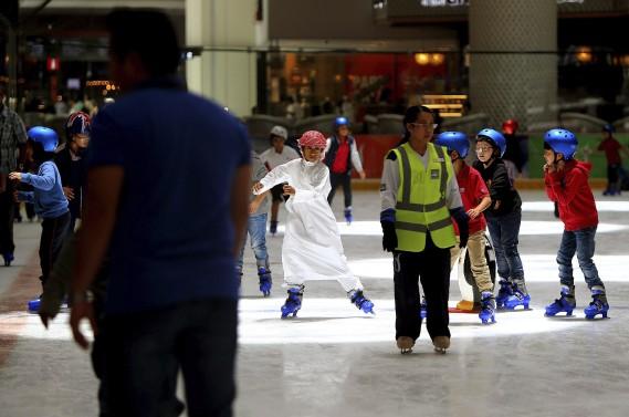 Des gens s'initiant au patinage à Dubaï. (AFP, Ali Khalil)