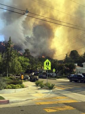 Samedi, en fin de journée, les avions-citernes arrosaient la ville de Calabasas, tout près de Los Angeles, afin de tenter de maîtriser les incendies qui ont éclaté en après-midi. Quelque 5000 personnes ont dû être évacuées de leur domicile. Plusieurs d'entre elles ont pu rentrer à la maison dimanche matin. (fournie par Luis Pelayo, via AP)