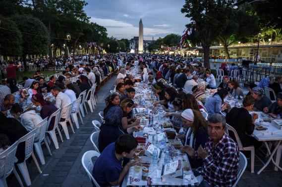 Des milliers de musulmans de Turquie ont célébré ensemble davant la mosquée bleue de Istanbul. (AFP)