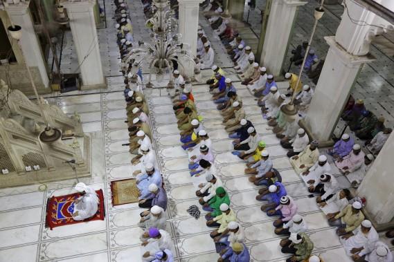 Plusieurs visitent les mosquées. (AP)