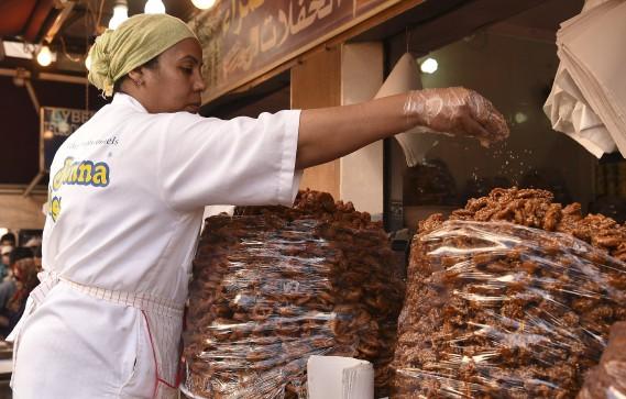 Les musulmans mangent parfois des gâteries pendant le ramadan comme ici au Maroc, où cette vendeuse offres des patisseries au marché. (AFP)