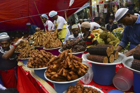 Au Bengladesh ces vendeurs proposent des mets festifs. (AFP)