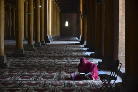 Au Cachemire, une croyante lit son Coran. (AFP)