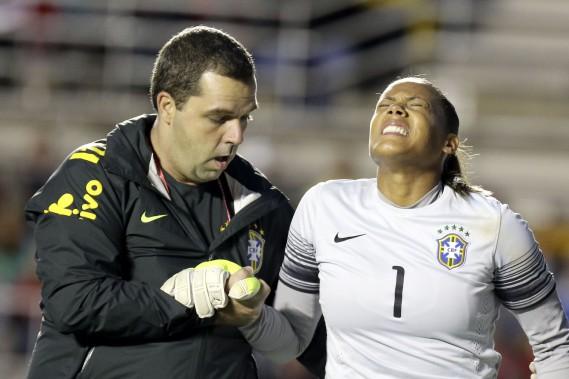 La gardienne du Brésil, Barbara quitte le match. (Patrick Woodbury, LeDroit)