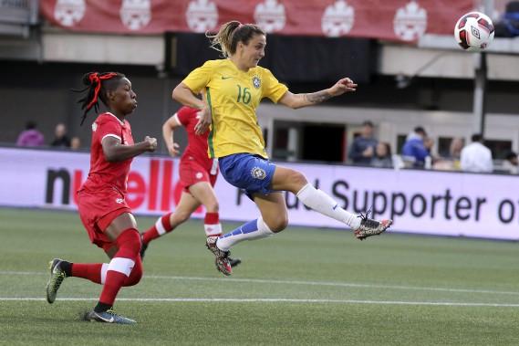 La joueuse du Brésil, Darlene prend un tir au but. (Patrick Woodbury, LeDroit)