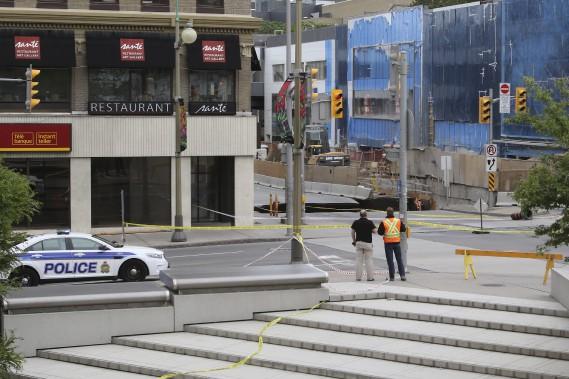 Un immense trou est apparu mercredi sur la rue Rideau, au centre-ville d'Ottawa, forçant l'évacuation du Centre Rideau, du Centre Shaw et de l'hôtel Westin. Des travaux de réfection étaient déjà entamés depuis le printemps sur la portion de la rue où s'est produit l'affaissement. (Patrick Woodbury, LeDroit)