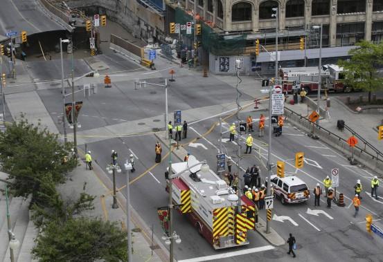 Un immense trou est apparu mercredi sur la rue Rideau, au centre-ville d'Ottawa, forçant l'évacuation du Centre Rideau, du Centre Shaw et de l'hôtel Westin. Des travaux de réfection étaient déjà entamés depuis le printemps sur la portion de la rue où s'est produit l'affaissement. (Chris Roussakis, AFP)