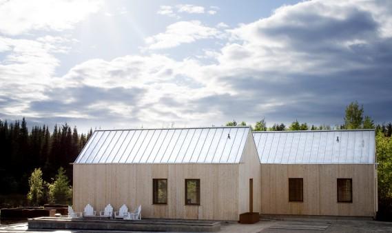Les deux volumes de la maison sont bien visibles de l'extérieur. Le revêtement de cèdre finira par grisonner et par devenir de la même couleur que la tôle du toit. (Photo Marjelaine Sylvestre)