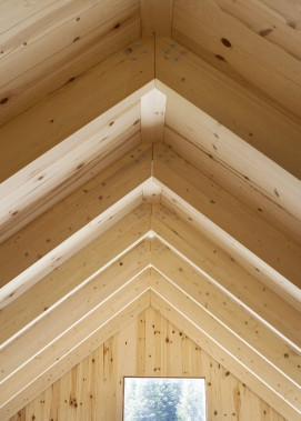 La structure de bois apparente rythme l'espace de la mezzanine (Photo Marjelaine Sylvestre)