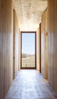 Le second module de la maison abrite les chambres, à gauche, ainsi que les douches et les toilettes, à droite. (Photo Marjelaine Sylvestre)