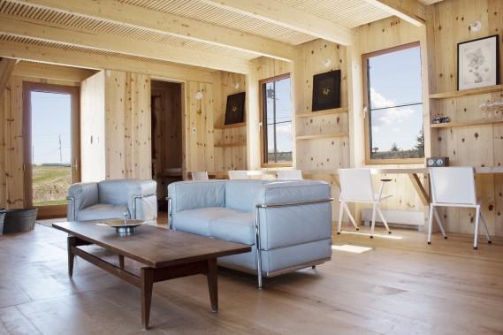 Le bureau longiligne, sous les fenêtres, se prolonge en meuble-lavabo dans la salle d'eau attenante. (Photo Marjelaine Sylvestre)