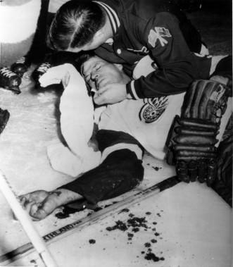 Gordie Howe a subi une commotion cérébrale à la suite d'un coup de bâton d'Eddie Shack des Maple Leafs de Toronto. Howe a reçu 12 points de suture pour refermer la plaie et les Wings ont perdu le match 6-4. En janvier 1960. (PC)