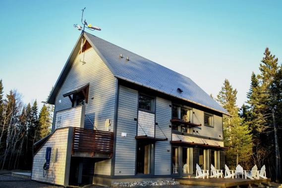 L'arrière de la maison est orienté au sud. Sur le toit, à gauche, trône une oeuvre d'art. (Photo Sylvain Legris)