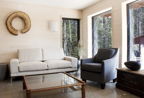 Dans le salon, le plancher radiant est en béton poli et les fenêtres à haute efficacité sont à triple verre. (Photo Marjelaine Sylvestre)