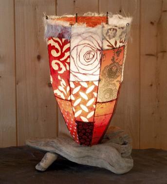 L'abat-jour de papier compose une «courtepointe lumineuse» sur la base de bois flotté. (Fournie par Atelier Bertrand)