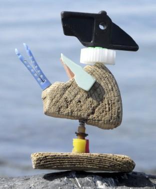 Cet oiseau est un bel exemple de «surcyclage»: il est fabriqué avec des objets de plastique qui sont plus beaux dans leur deuxième vie que dans leur première. (Fournie par Atelier Bertrand)