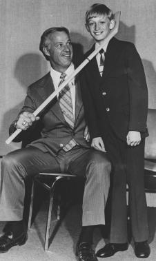Gordie Howe avec un jeune Wayne Gretzky, alors âgé de 11 ans, en 1972. (Photo archives PC)