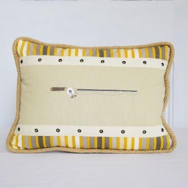 ChristineGrenier utilise la technique de la courtepointe pour confectionner des coussins de coton sur lesquels elle brode des motifs liés à la pêche (117,36$,les frais de livraison sont en sus). ()