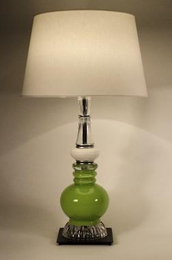 Faite d'objets recyclés (notez la balle de golf au milieu), cette lampe de la boutique Atelier Verre Vert affiche des lignes sobres et indémodables (228,19$, les frais de livraison sont en sus). ()