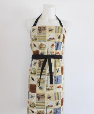 L'homme aux commandes du barbecue fera mouche avec ce tablier de coton réversible orné de motifs de pêche conçu par Ça c'est à moi (50$, les frais de livraison sont en sus). ()