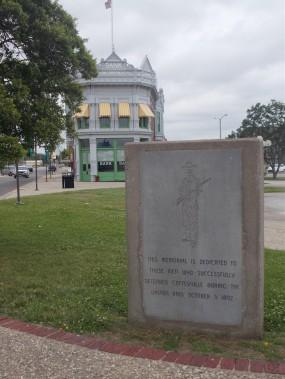 L'édifice de l'ancienne Condon Bank etle monument en l'honneur deceux qui ont défendu la ville contre les Dalton (Collaboration spéciale Ian Bussières)