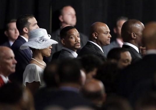 Will Smith attend que la famille d'Ali fasse son entrée dans la chapelle. (AP)