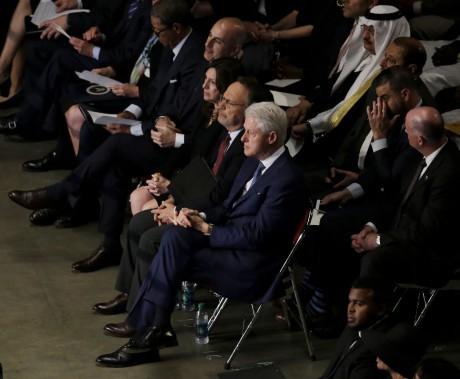 L'ex-président Bill Clinton est assis avec Billy Crystal avant le début de la cérémonie. (AP)