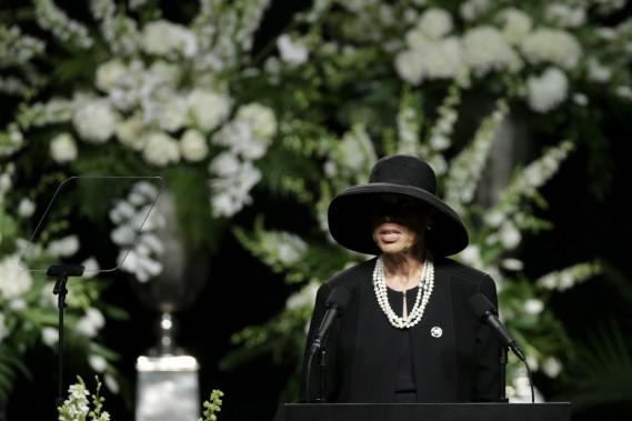 La veuve d'Ali s'adresse à l'assemblée lors du service funéraire. (AP)