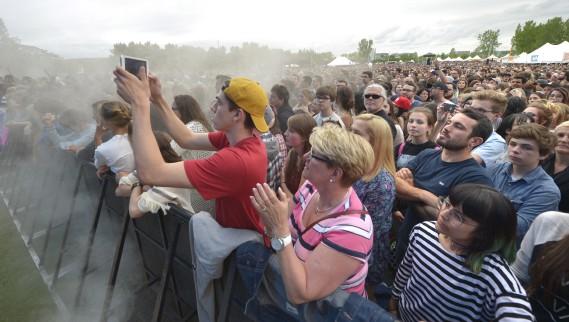 Les spectateurs attendaient impatiemment l'arrivée de Mumford & Sons. (Le Soleil, Jean-Marie Villeneuve)