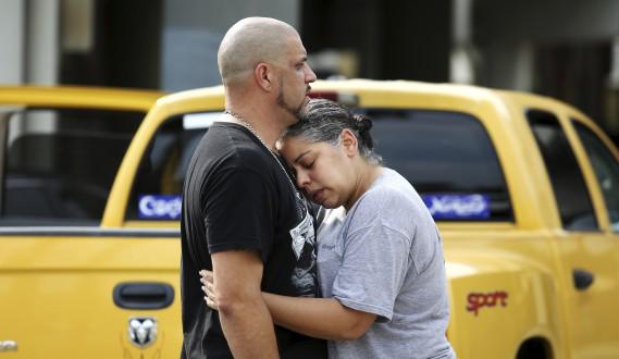 Un DJ du Pulse, Ray Rivera (à gauche), est consolé par une amie après la tuerie, dimanche. (AP)