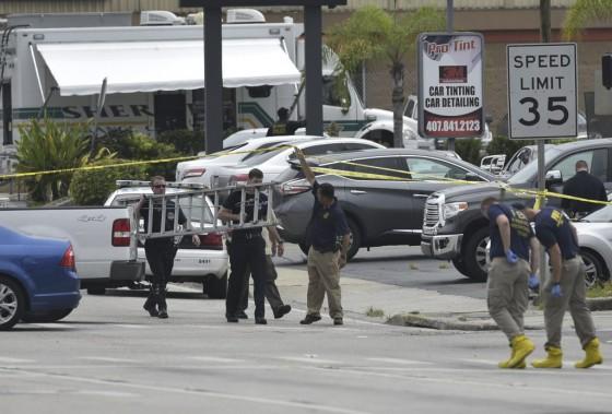 Policiers et enquêteurs travaillent sur les lieux de la tuerie, dimanche. (Photo MANDEL NGAN, AFP)