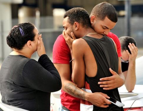 Amis et membres de familles de victimes pleurent devant le quartier général de la police d'Orlando, dimanche. (Photo Steve Nesius, REUTERS)