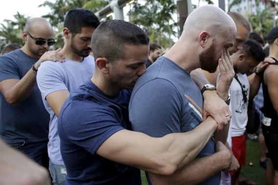 Caleb McGrew, à droite, est enlacé par son conjointYosniel Delgado Giniebra, lors d'une vigile à Miami, en Floride. (AP, Lynne Sladky)