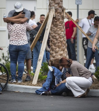 Des gens tentaient de se réconforter à l'extérieur d'un hôtel d'Orlando dans l'attente de nouvelles de leurs proches qui se trouvaient sur les lieux de l'attaque. (AP, Loren Elliott)