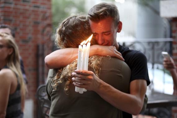 Brett Morian réconforte une jeune femme avec qui il participe à une vigile à Orlando. (AP, Joshua Lim)