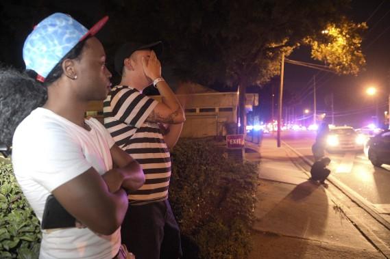 Jermaine Towns, à gauche, et Brandon Shuford, attendaient à l'extérieur de la boîte de nuit Pulse après l'attaque. Selon M. Towns, son frère était à l'intérieur lorsque le tireur a ouvert le feu, tuant une cinquantaine de personnes. (AP, Phelan M. Ebenhack)