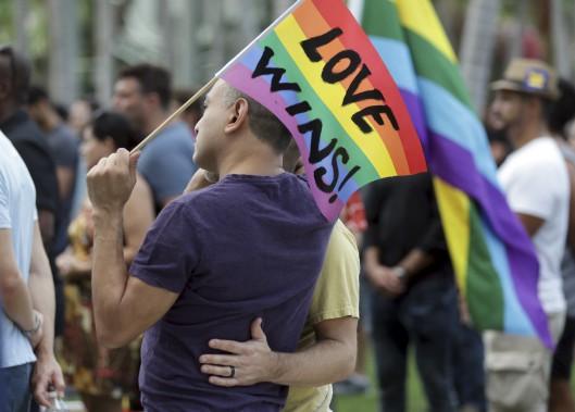 À Miami, Juan Mantilla et son conjoint prennent part à une vigile en hommage aux victimes. (AP, Lynne Sladky)
