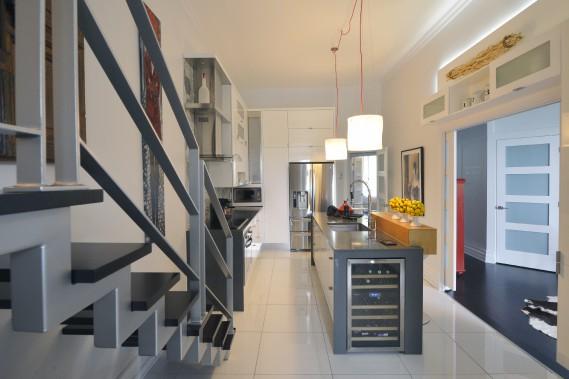 La cuisine APRÈS les travaux. À droite, l'ouverture sur le bureau qui sert aussi de chambre d'amis. (Le Soleil, Jean-Marie Villeneuve)