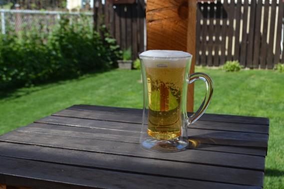 Vendue en ensemble de deux, ce tasses sont dotées d'une double paroi protégeant les mains contre la chaleur (dans le cas de boissons chaudes) et éliminant la condensation. Il n'est donc pas nécessaire d'utiliser un sous-verre pour déguster une bière bien froide, ou la boisson chaude de votre choix. Faite de verre borosilicate ultra-résistant, la tasse d'une capacité de 420 ml conserve plus longtemps les boissons à la température voulue. (Claudie Laroche)