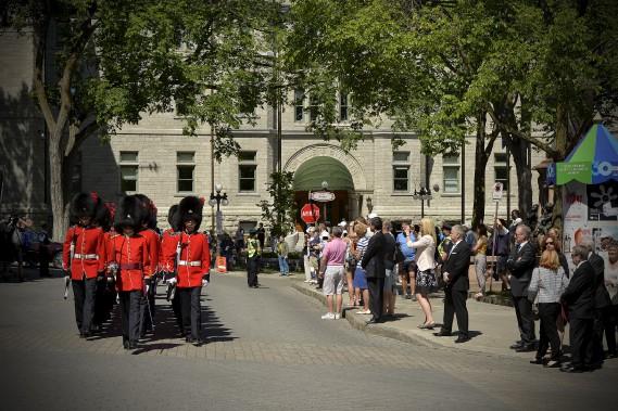 Des citoyens se sont déplacés samedi matin pour venir rendre un dernier hommage à celui qui a été maire de Québec de 1965 à 1977. (Le Soleil, Pascal Ratthé)