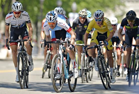 Hugo Houle (au centre) et Gregory Daniel (en jaune) n'ont jamais été loin l'un de l'autre samedi lors du critérium de 70 kilomètres dans les rues de Québec. (Le Soleil, Pascal Ratthé)