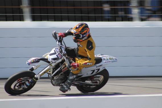 Les compétiteurs du championnat AMA Supermoto s'élancent sur un circuit asphalté avec une portion en terre battue où se retrouvent des sauts. (Nicolas Ducharme)