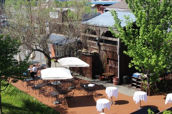 Le restaurant Rose et Basilic a une superbe terrasse qui permet de profiter du dynamique centre-ville d'Alma. Vous pourrez y apprécier un menu raffiné dans une ambiance décontractée. (Mélissa Bradette)