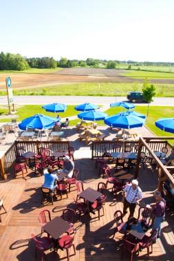 Pour prendre une bonne bière régionale et se délecter d'un repas savoureux dans un paysage à faire rêver, c'est à la Microbrasserie du Lac Saint-Jean qu'il faut aller. (Microbrasserie du Lac Saint-Jean)