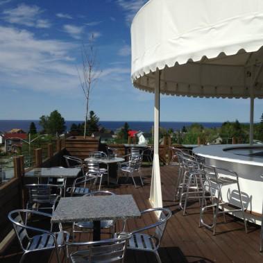 Situé sur le toit de l'hôtel de ville de Desbiens, le Resto Lounge Zone extrême vaut le coup d'oeil! La terrasse offre une vue à couper le souffle sur le lac Saint-Jean.<strong><span> </span></strong> (Facebook Resto Lounge Zone Extrême)