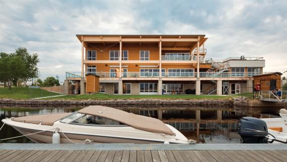 Reconnue comme l'une des plus belles marina au Québec, la capitainerie du Club nautique de Roberval offre une vue imprenable sur le lac Saint-Jean. Vous pourrez aussi y admirer les magnifiques bateaux qui y sont amarrés. (nordic.ca)