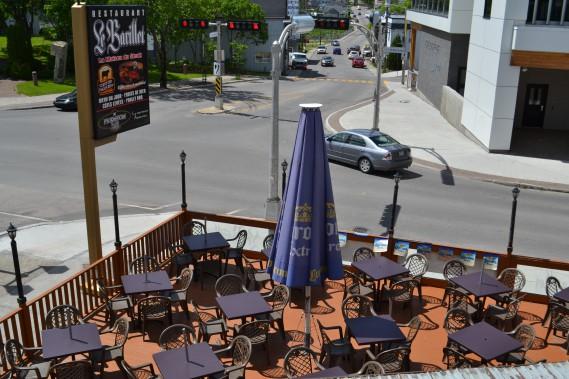 Située au coin des rues Saint-Dominique et du Vieux-Pont, la terrasse du Barillet permet de s'imprégner pleinement de l'ambiance du centre-ville de Jonquière. (Claudie Laroche)